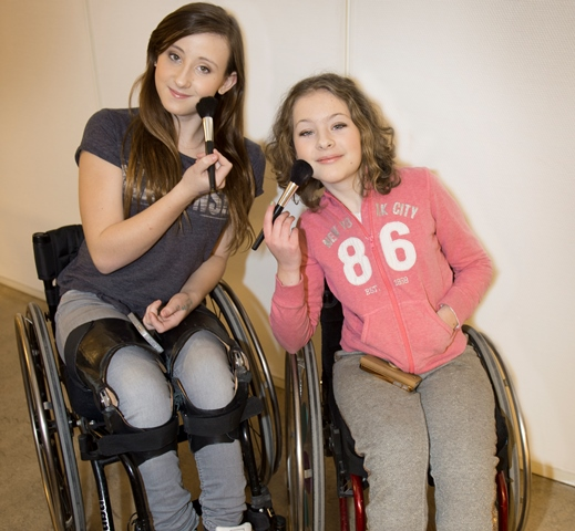Rätten att maxa livet, Nicola och Bea sminkar sig