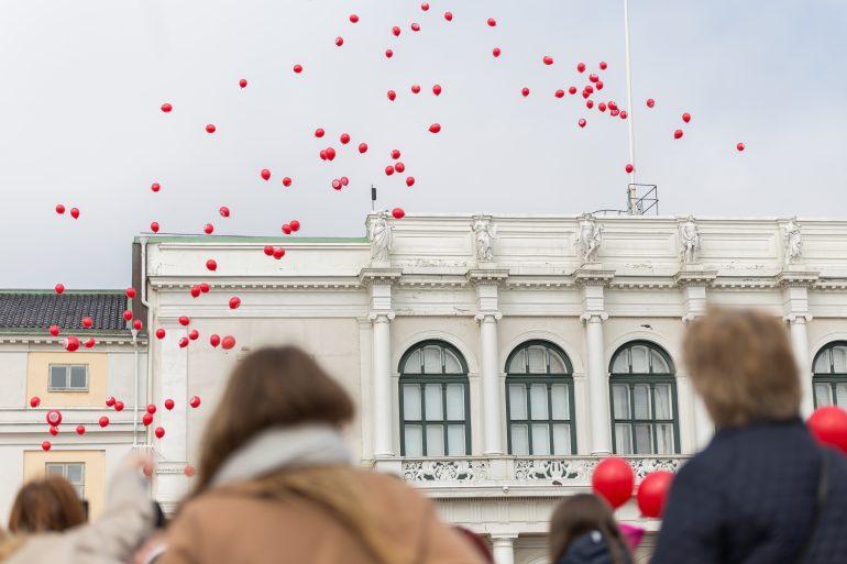 100 ballonger släpptes mot skyn.