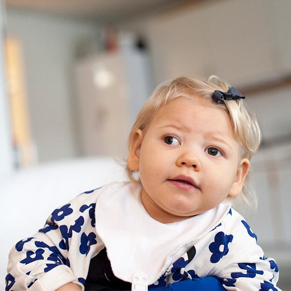 Lilla Freja 19 månader med rosett i håret