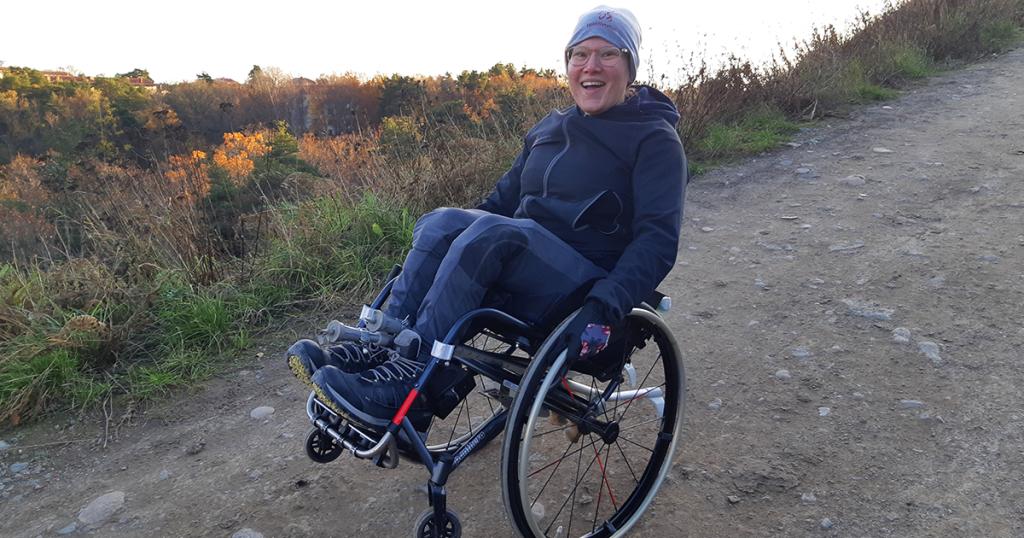 RBU Barnhjälpen Tanzania Ina Åkerberg stegrande i rullstol i utomhusmiljö
