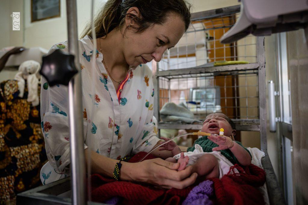 Dr. Theresa tittar till den nyfödda