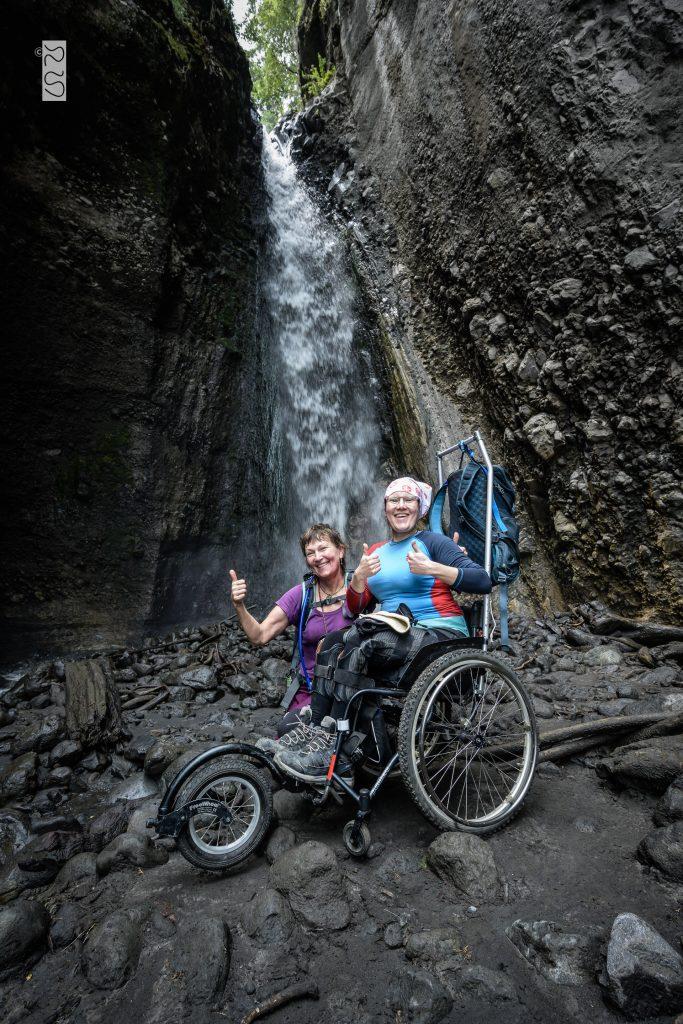 Ina och Liiso vid vattenfallet
