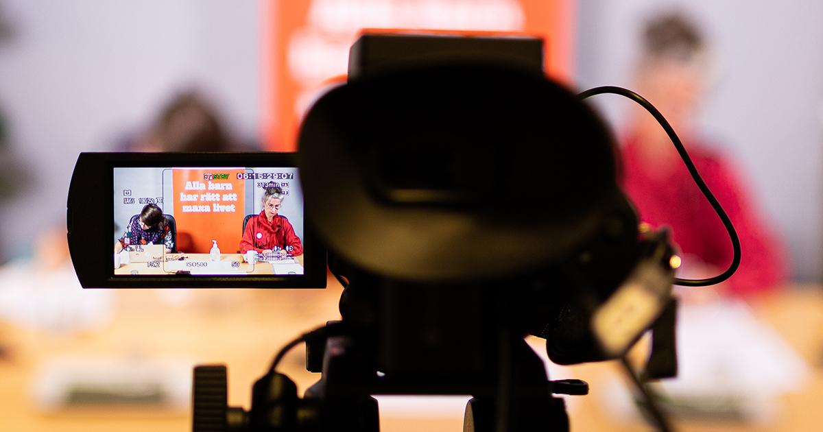 Kamera riktad mot presidiet från fotografens vy