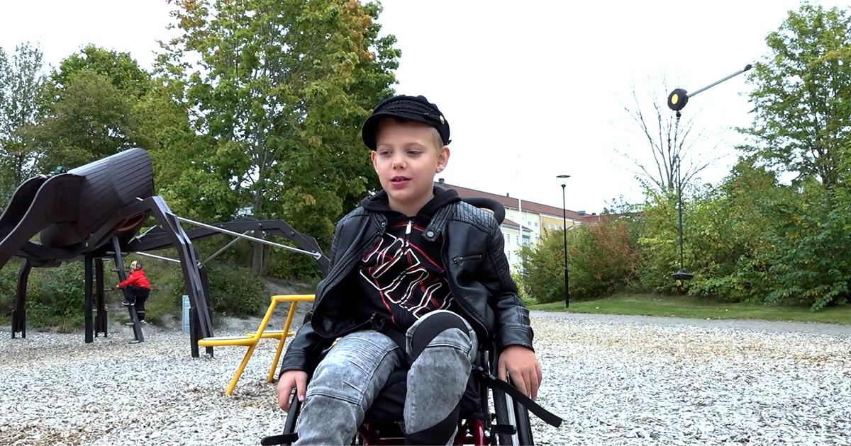 Rasmus i rullstol testar lekplatser