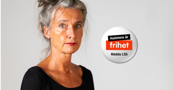 Ordförande Maria Persdotter + aktivistknapp med texten Assistans är frihet! Rädda LSS!