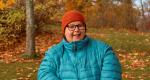 Nora Eklök iklädd ytterkläder med höstig bakgrund.