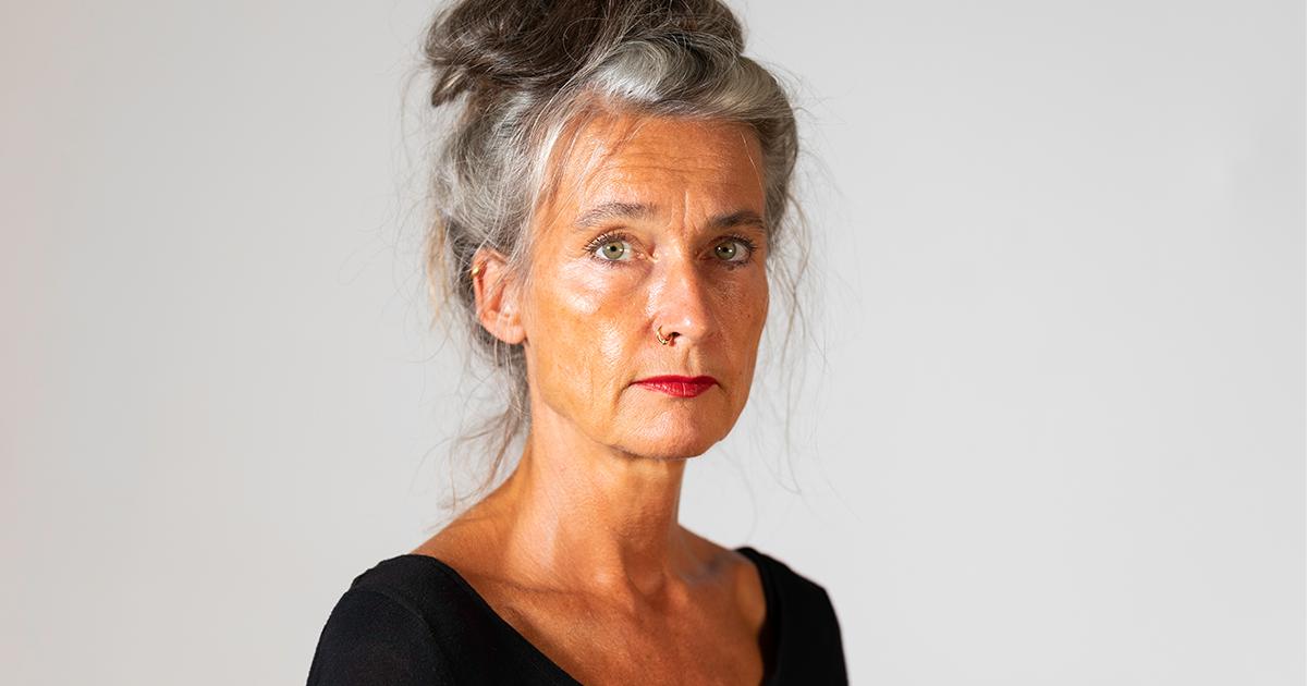 Ordförande Maria Persdotter fotad i studiomiljö